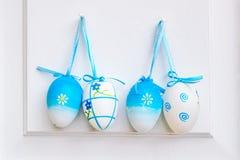 Huevos de Pascua en una puerta Imagen de archivo