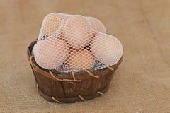 Huevos de Pascua en una rejilla de la cesta de madera Imagen de archivo