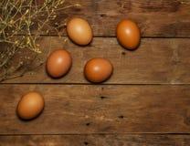 Huevos de Pascua en una tabla de madera Visión desde arriba Eggs el pollo en una tabla de madera Huevo fotos de archivo libres de regalías