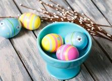 Huevos de Pascua en una taza fotografía de archivo