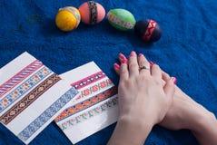 Huevos de Pascua en una toalla azul, Foto de archivo libre de regalías