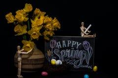 Huevos de Pascua felices de la primavera con dos maniquíes imagen de archivo libre de regalías