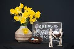 Huevos de Pascua felices de la primavera con dos maniquíes Fotos de archivo