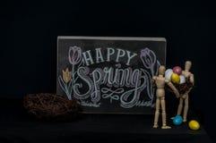 Huevos de Pascua felices de la primavera con dos maniquíes Imagenes de archivo