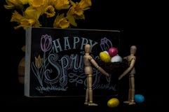 Huevos de Pascua felices de la primavera con dos maniquíes Foto de archivo libre de regalías