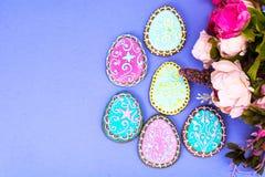 Huevos de Pascua formados como galletas hechas en casa sabrosas en fondo brillante fotografía de archivo
