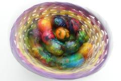 Huevos de Pascua Foto en efectos del movimiento durante el tiroteo No proceso de los posts Huevos pintados hechos a mano en la ce Imagen de archivo libre de regalías