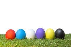Huevos de Pascua hechos a mano coloridos en hierba verde Imagenes de archivo