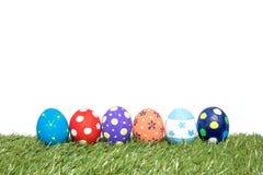 Huevos de Pascua hechos a mano coloridos en hierba verde Fotografía de archivo