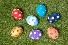Huevos de Pascua hechos a mano coloridos en hierba verde Fotos de archivo