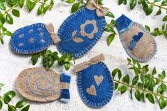 Huevos de Pascua hechos a mano del arte en fondo de madera Imágenes de archivo libres de regalías