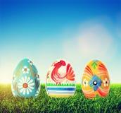 Huevos de Pascua hechos a mano en hierba La primavera modela arte Fotos de archivo libres de regalías