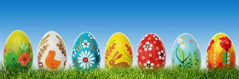 Huevos de Pascua hechos a mano en hierba Panorama, bandera Fotos de archivo