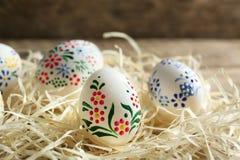 Huevos de Pascua hermosos con el ornamento floral Fotografía de archivo