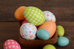 Huevos de Pascua macros en un cuenco Foto de archivo libre de regalías