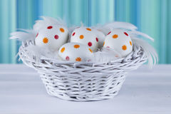 Huevos de Pascua modelados en la cesta Imagen de archivo