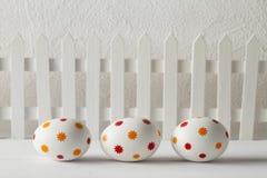 Huevos de Pascua modelados en la tabla de madera Foto de archivo libre de regalías