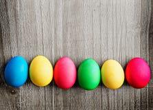 Huevos de Pascua multicolores Fotos de archivo