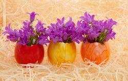 Huevos de Pascua multicolores con las flores Fotos de archivo