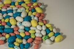 Huevos de Pascua multicolores del caramelo en un fondo blanco Fotos de archivo