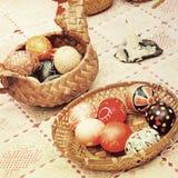 Huevos de Pascua multicolores en potes de la paja Foto de archivo