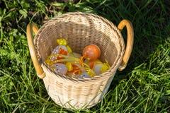 Huevos de Pascua multicolores en una cesta de mimbre foto de archivo libre de regalías