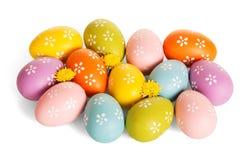 Huevos de Pascua multicolores, flores, aisladas en el fondo blanco imagen de archivo