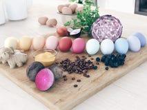 Huevos de Pascua naturales del tinte representación 3d imagenes de archivo