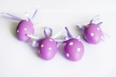 huevos de Pascua púrpuras con las cintas Fotografía de archivo libre de regalías