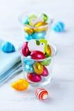 Huevos de Pascua pequeños, en embalaje flexible del chocolate Fotografía de archivo libre de regalías