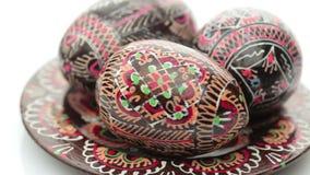 Huevos de Pascua pintados aislados sobre el fondo blanco metrajes