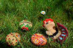 Huevos de Pascua pintados coloridos en una hierba verde Fotografía de archivo