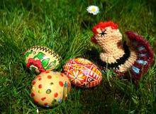 Huevos de Pascua pintados coloridos en una hierba verde Fotografía de archivo libre de regalías