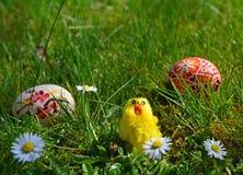 Huevos de Pascua pintados coloridos en una hierba verde Foto de archivo libre de regalías