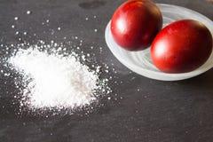 Huevos de Pascua, pintados con las cáscaras de la cebolla La sal se dispersa en el th Fotos de archivo