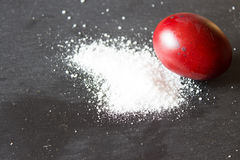 Huevos de Pascua, pintados con las cáscaras de la cebolla La sal se dispersa en el th Foto de archivo libre de regalías
