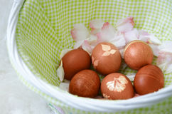 Huevos de Pascua pintados en cesta Fotos de archivo libres de regalías