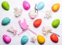 Huevos de Pascua pintados en colores fotos de archivo
