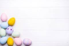 Huevos de Pascua pintados en colores Imagen de archivo