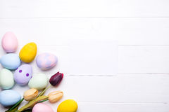 Huevos de Pascua pintados en colores Imágenes de archivo libres de regalías