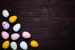 Huevos de Pascua pintados en colores Foto de archivo