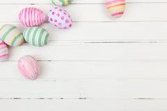 Huevos de Pascua pintados en colores en colores pastel en un blanco Imagen de archivo