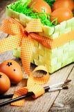 Huevos de Pascua pintados en el fondo de madera. Foto de archivo libre de regalías
