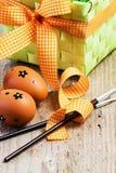 Huevos de Pascua pintados en el fondo de madera. Imagenes de archivo