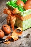 Huevos de Pascua pintados en el fondo de madera. Fotos de archivo