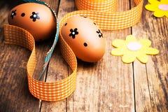 Huevos de Pascua pintados en el fondo de madera. Imagen de archivo
