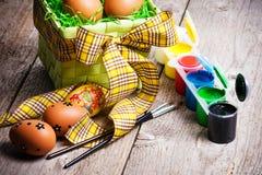 Huevos de Pascua pintados en el fondo de madera. Fotografía de archivo libre de regalías