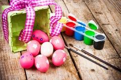 Huevos de Pascua pintados en el fondo de madera. Imágenes de archivo libres de regalías