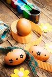 Huevos de Pascua pintados en el fondo de madera. Foto de archivo