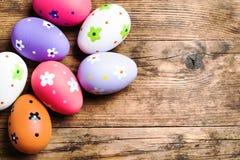 Huevos de Pascua pintados en el fondo de madera. Imagen de archivo libre de regalías